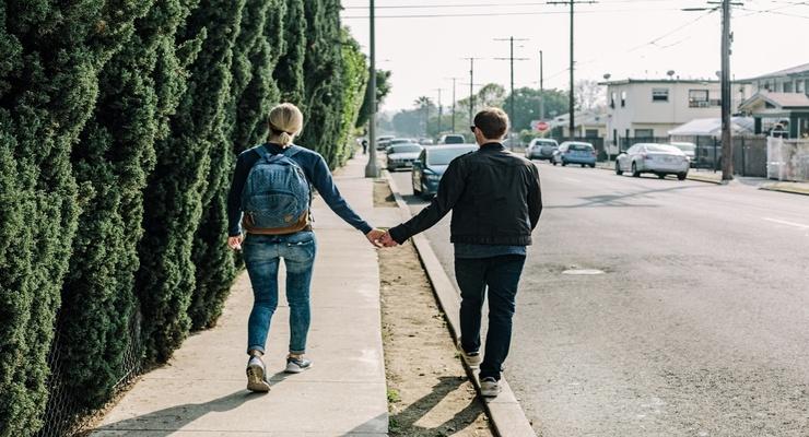 Pursuer-Distancer Dynamics in Relationships